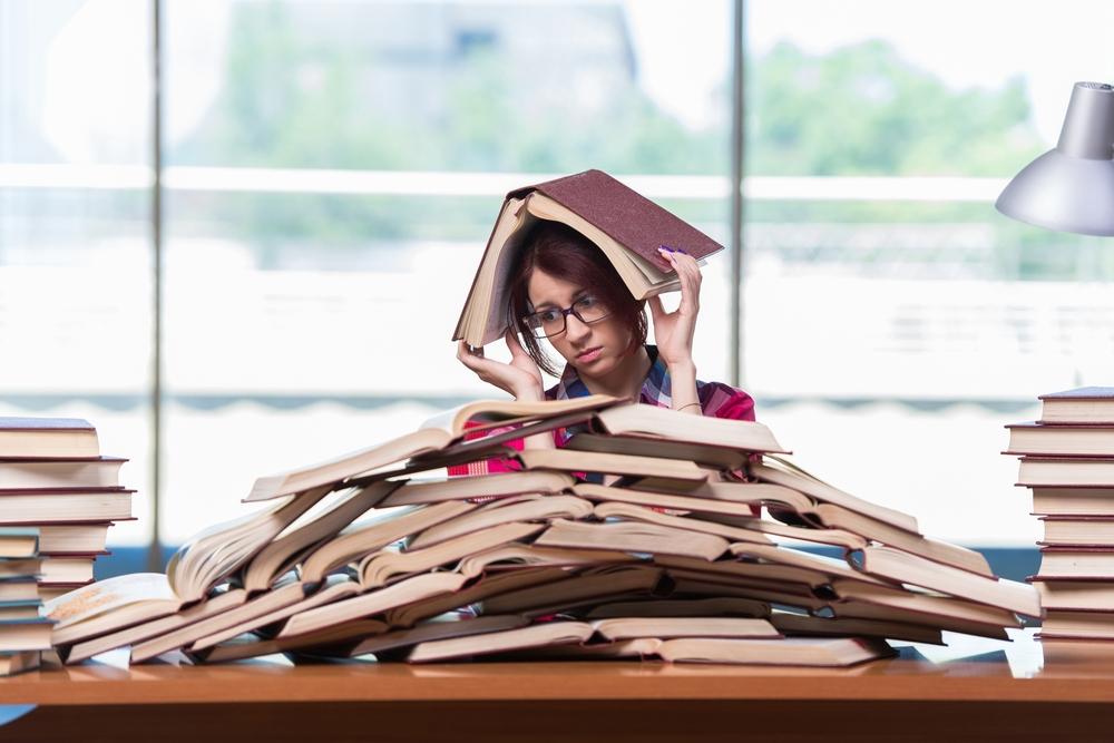 本に埋もれる女性