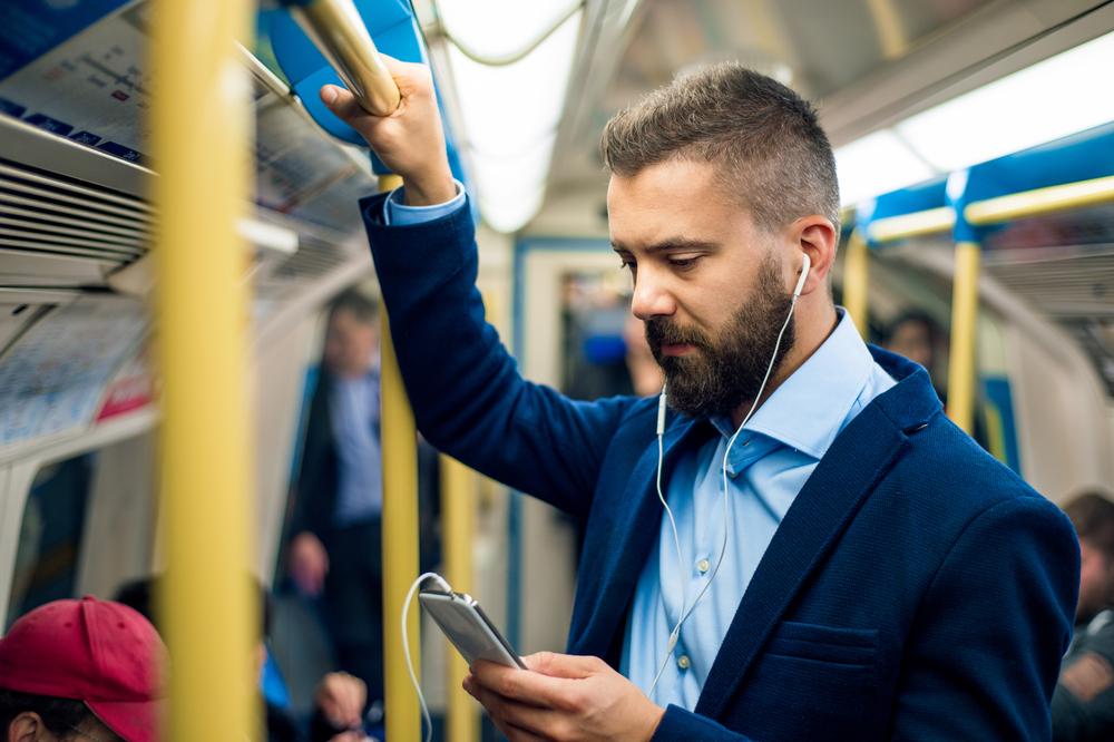 電車で学習する人