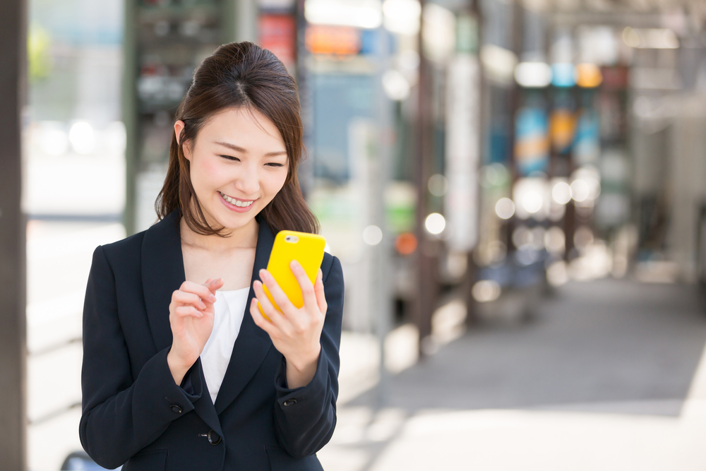 スマートフォンを楽しむ人