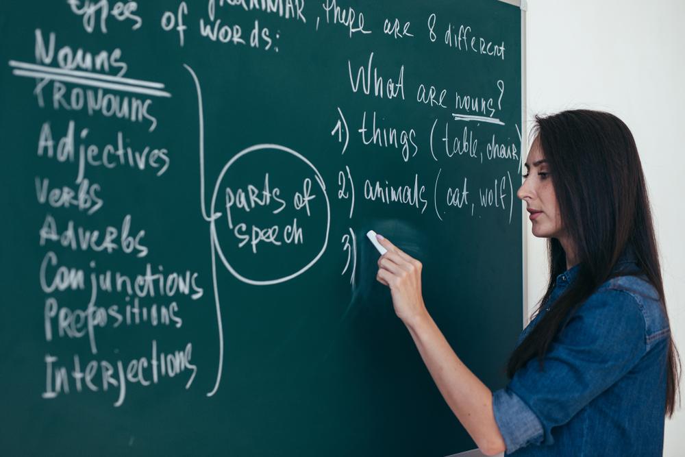 英文を書く女性