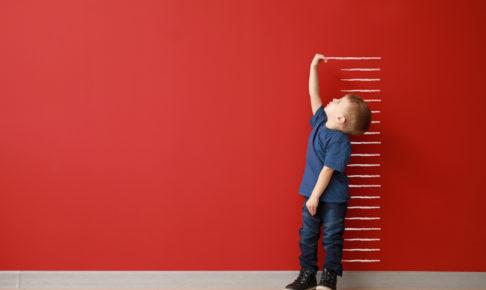 成長を確認する子供