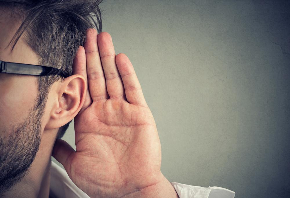 耳を傾ける男性