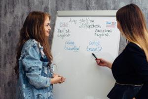 英語を勉強する二人