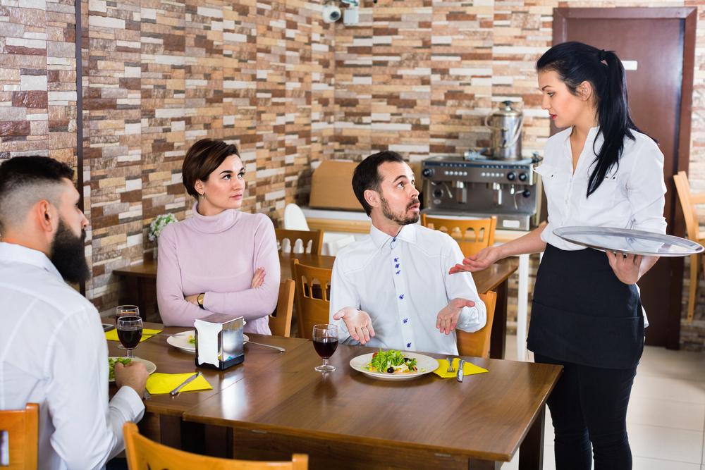 レストランで会話する人たち