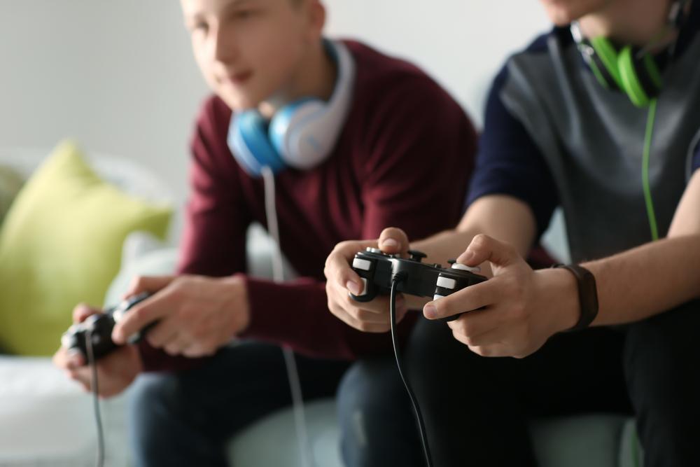 ゲームをする子供たち