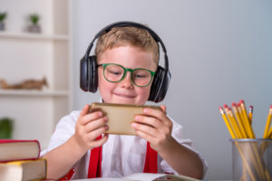 スマートフォンを使って学習する子供