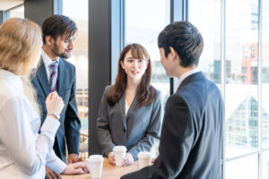 会社で英語を使って日常会話をする様子